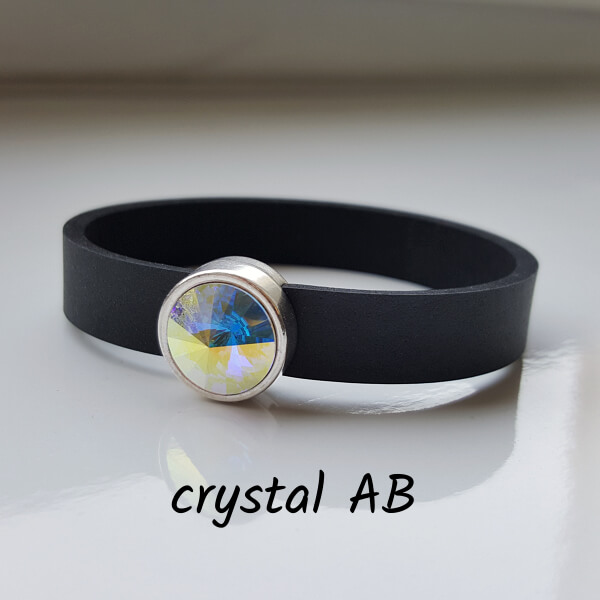 Armband aus Neopren mit strahlend silber und aus bestimmten Richtungen auch leicht blau funkelndem Glaselement in Schiebeperle Zamak versilbert.