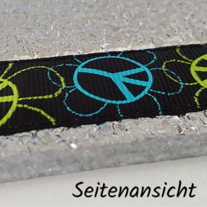 Seitenansicht eines Sitzkissens mit Ripsband im Peacezeichen-Motiv