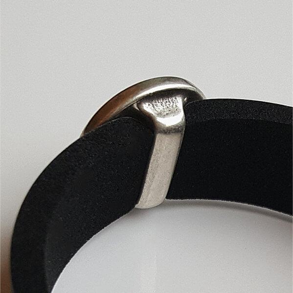 Rückansicht Schiebeperle - das Band führt unter einem ca. 4 mm breiten Silbersteg durch