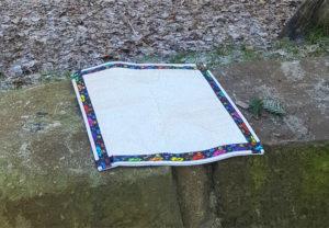 Sitzkissen von VILU auf Steinmauer
