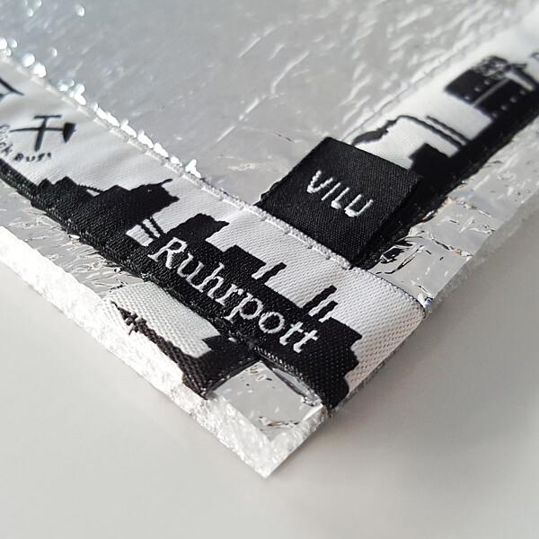 Sitzkissen-Ausschnitt Ecke mit VILU-Logo mit Ripsbanddesign Ruhrpottmotive.