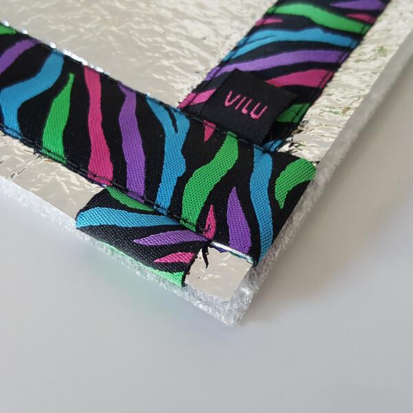 Sitzkissen-Ausschnitt Ecke mit VILU-Logo mit Ripsbanddesign Zebrafell bunt