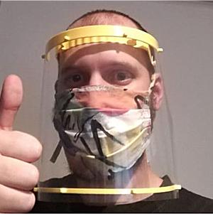 lehrer mit maske und schutzschild