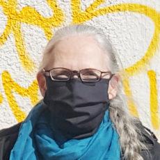 Marie Wolf mit einer schwarzen Behelfs-Schutzmaske