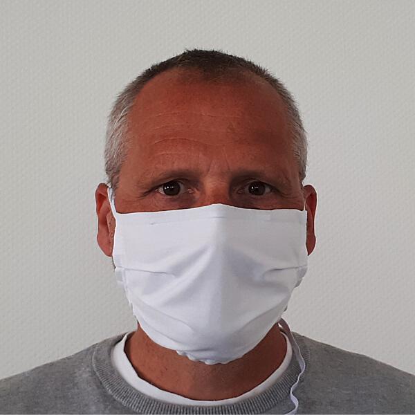 Mann mit weißer Community-Maske