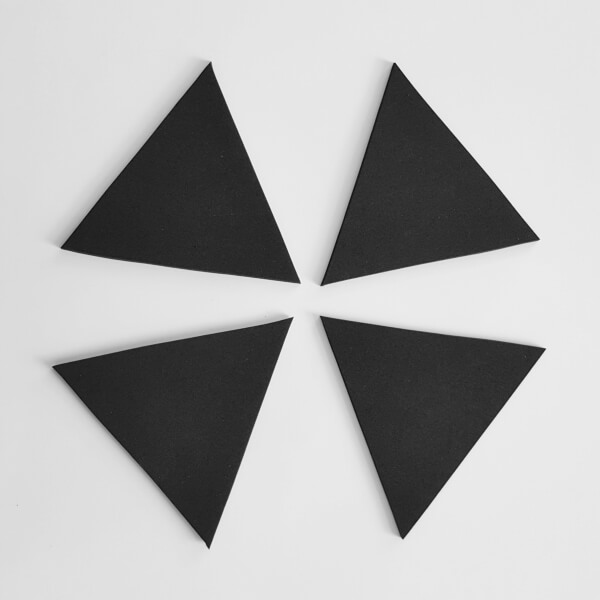 4 zentrisch angeordnete schwrze Dreiecke