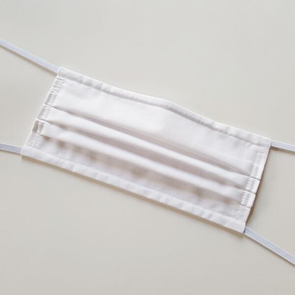 Weiße Gesichtsmaske in Kuvertform
