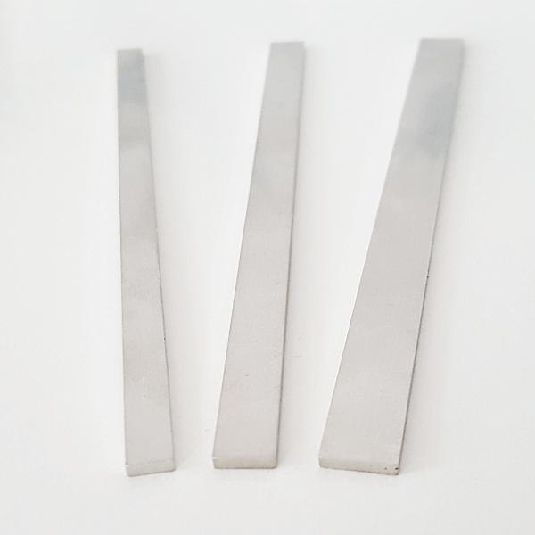 3 schmale Edelstahlplatten mit unterschiedlichen Profilen.