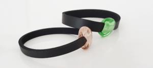 2 Armbänder mit flachen handgedrehten Perlen, eine Glasperle rosa, die andere grün.